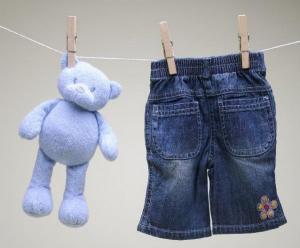 Чем отстирать пятна на детской одежде.