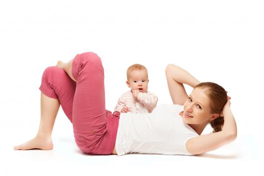 мама с ребенком делает гимнастику