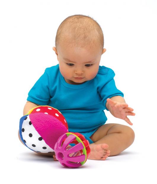 малыш играет с мячиком