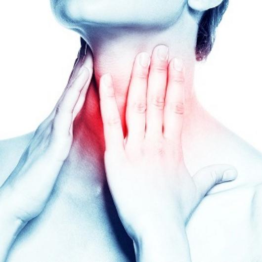 девушка держиться руками за больное горло