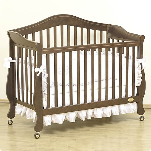 детская кроватка темного цвета
