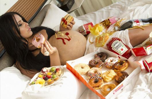 беременная неправильно питается