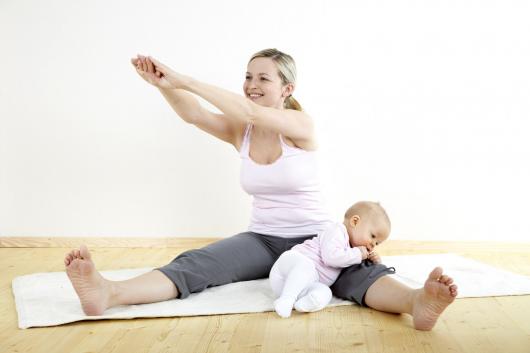 девушка занимается спортом с ребенком