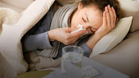 простудившаяся девушка под одеялом