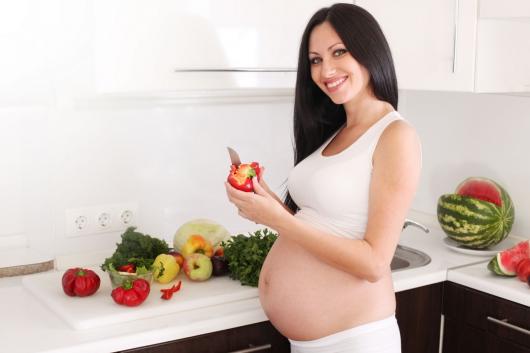беременная чистит перец