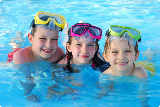 дети занимаются плаванием