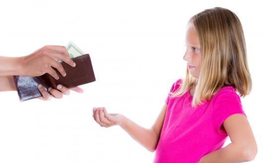 ребенок просит денег у отца