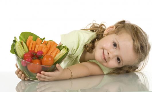 девочка с миской овощей