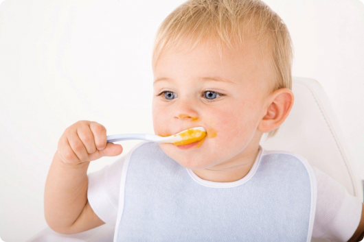 малыш сам ест с ложки