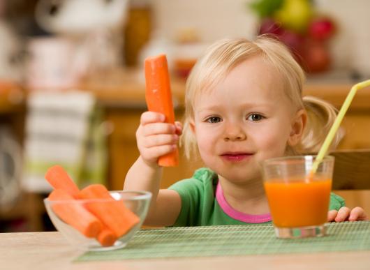 ребенок есть морковь