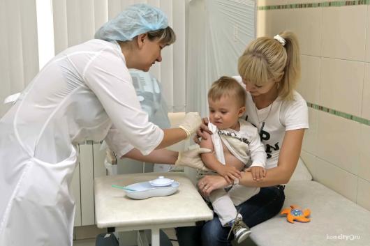 доктор делает ребенку прививку