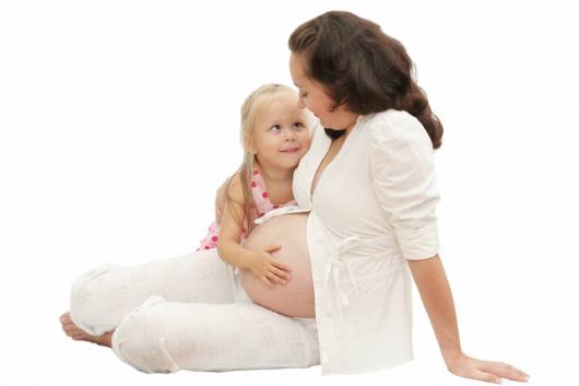 беременная мама с дочкой