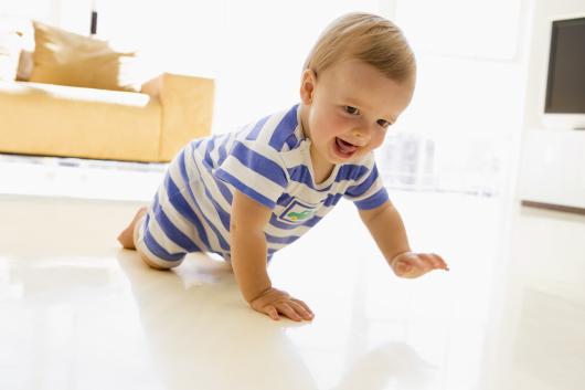 ребенок ползает по полу