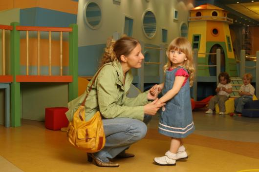мама привела дочку в детский сад