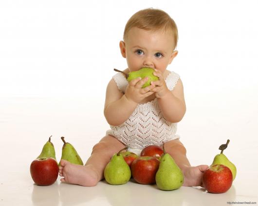 малыш есть грушу и яблоки