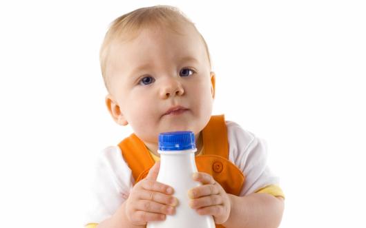 малыш с бутылкой кефира