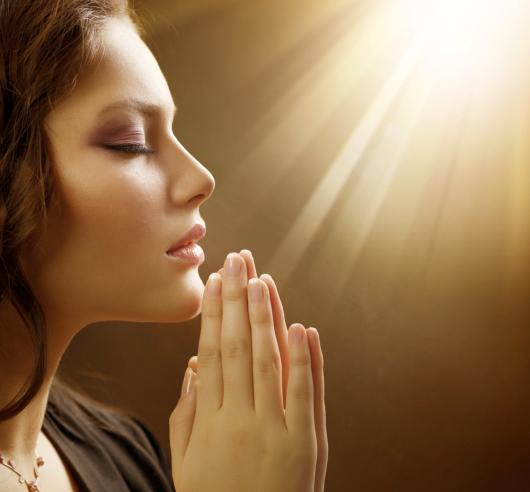 девушка молится богу