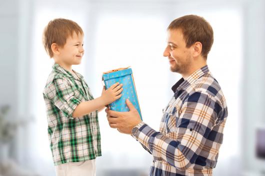 папа дарит подарок сыну