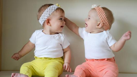 дети близнецы играют друг с другом