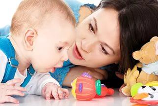 мама показывает малышу игрушки