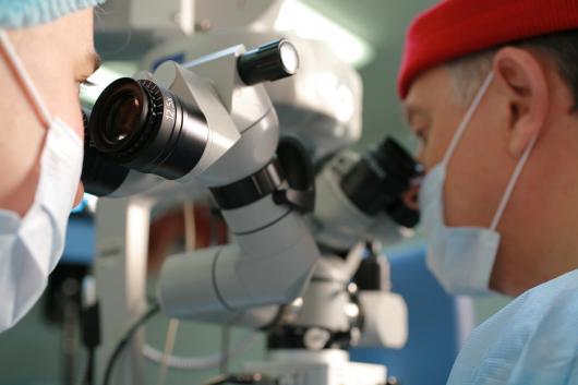 врачи офтальмологи во время операции
