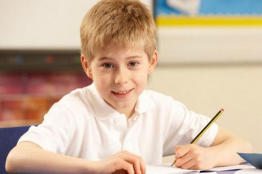 мальчик пишет за столом