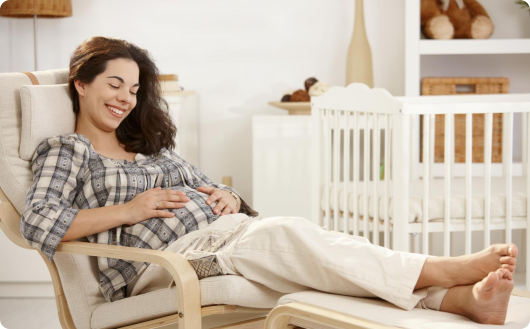 беременная лежит на лежаке
