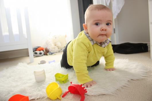 ребенок ползет к игрушкам