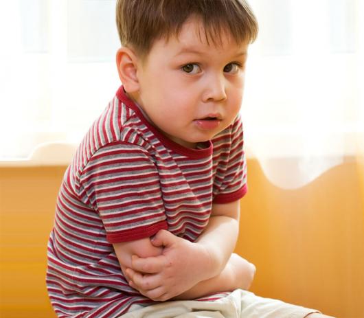 ребенок держится за больной живот