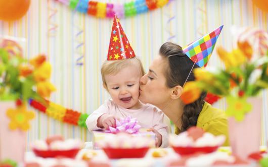 мама поздравляет дочку с первым днем рождения