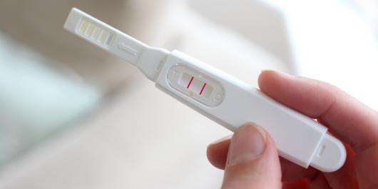 тест на беременность в руках девушки