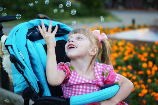 счастливой ребенок в коляске