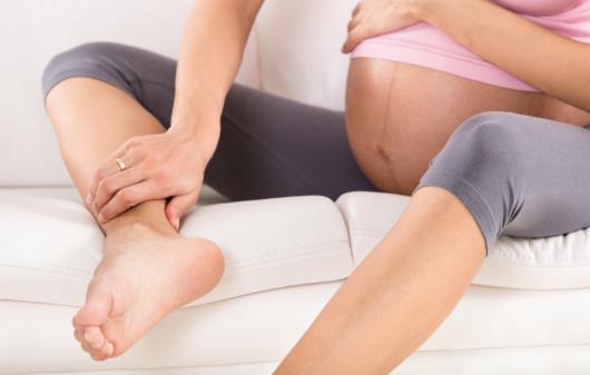 беременная держится за ноги