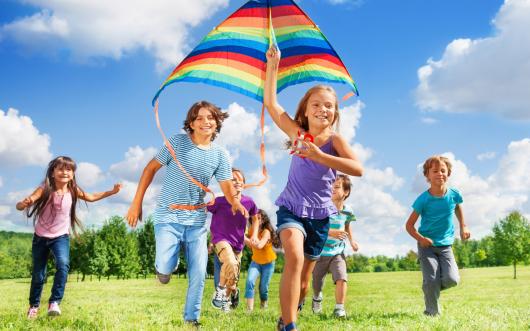 дети запускают воздушного змея