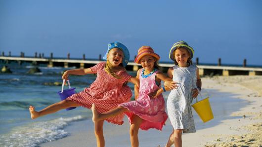 дети танцуют на берегу моря