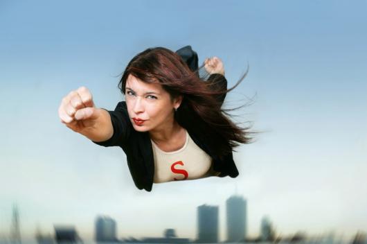 девушка супермэн спешит на помощь