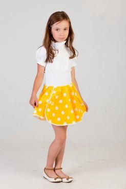 девочка в желтой юбке и белой блузке