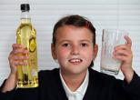 Из-за генетического сбоя девочка вынуждена пить масло