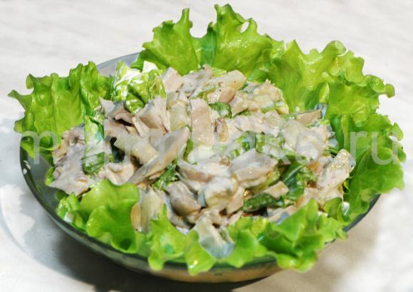 салат с курицей и грибами и на листьях салата