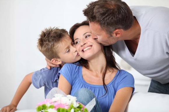 отец и сын поздравляют маму с 8 марта