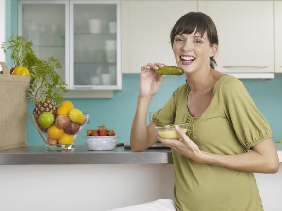 беременная кушает соленные огурцы