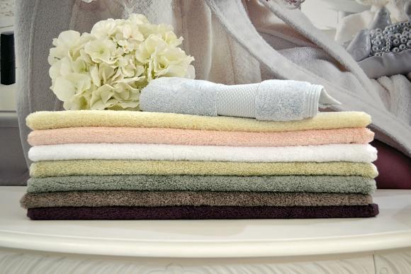 сложенные в стопку Махровые полотенца