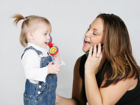 мама занимается с дочкой развитием речи