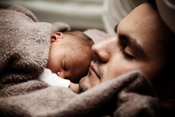 папа спит с ребенком