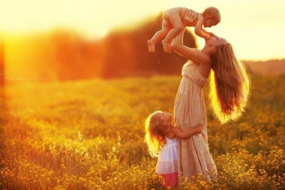 счастливая мама с детьми на закате