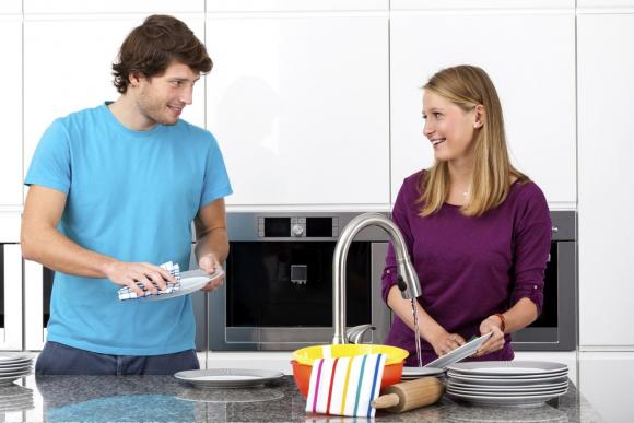 муж с женой моют с женой